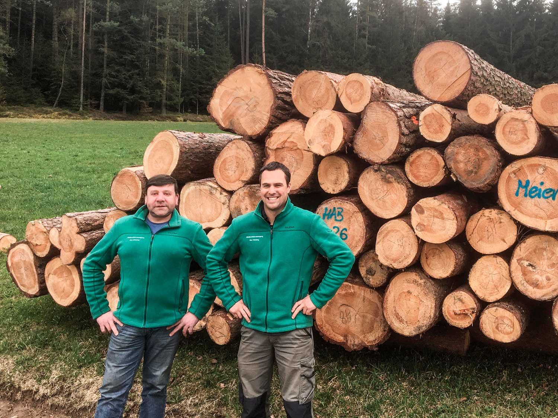 links Geschäftsführer Mühlbauer, rechts Forstfachkraft Weigl)